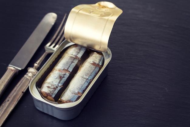 Рыбные консервы на деревянной поверхности