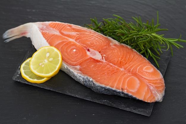 Сырой свежий лосось с лимоном