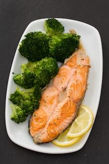 Жареный лосось с брокколи на блюде