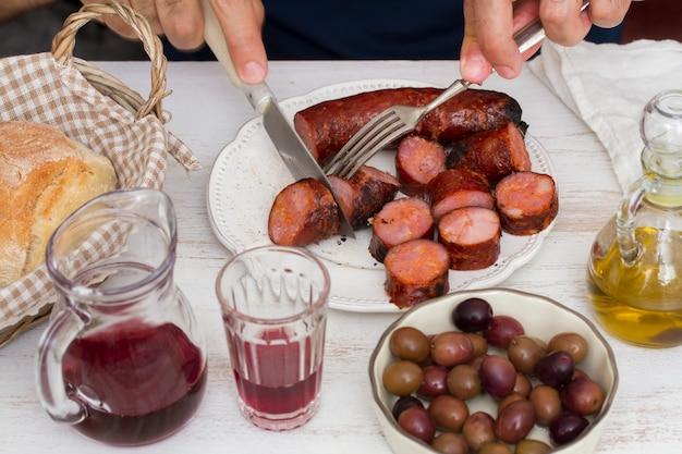 白い木製の表面にポルトガルの前菜
