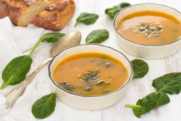 ほうれん草とコーンブレッドのカボチャ野菜スープ
