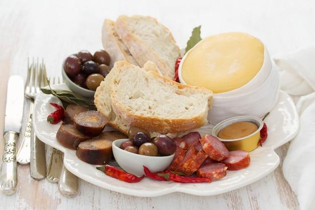 スモークポルトガルソーセージ、オリーブ、チーズ、パン