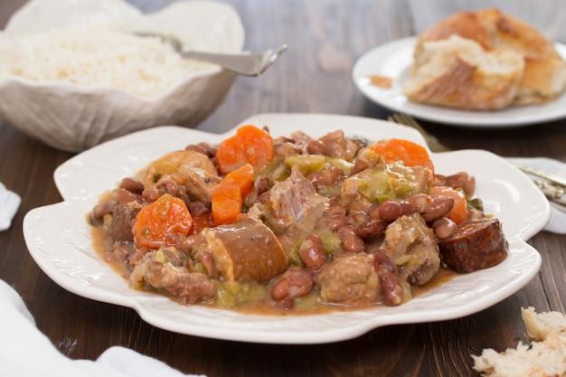 皿に野菜とソーセージと肉