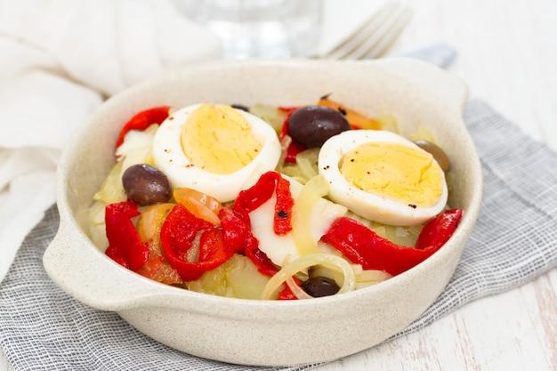 タラ魚、ジャガイモ、赤唐辛子、卵、オリーブ、プレート