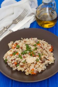 茶色のプレートに野菜と鶏肉のご飯