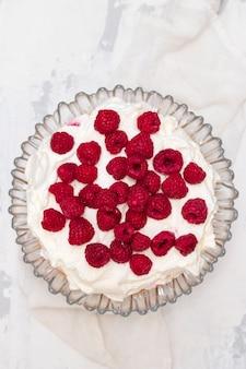 白い表面にベリーとチーズケーキ