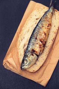 Гриль сардины на хлеб