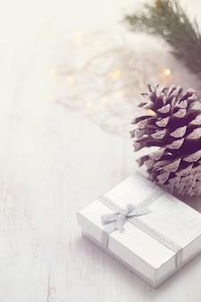 白い木製の背景にクリスマスプレゼント