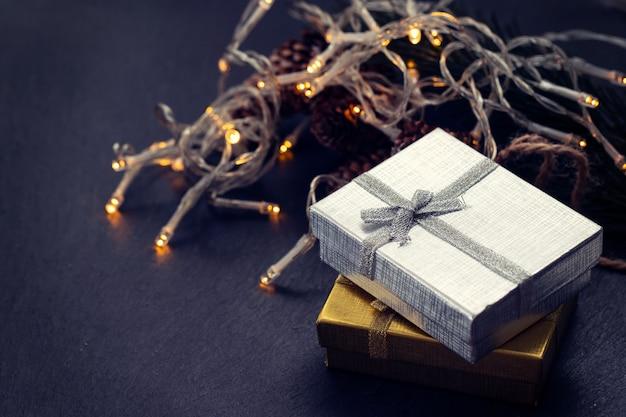 黒セラミックの背景にクリスマスプレゼント