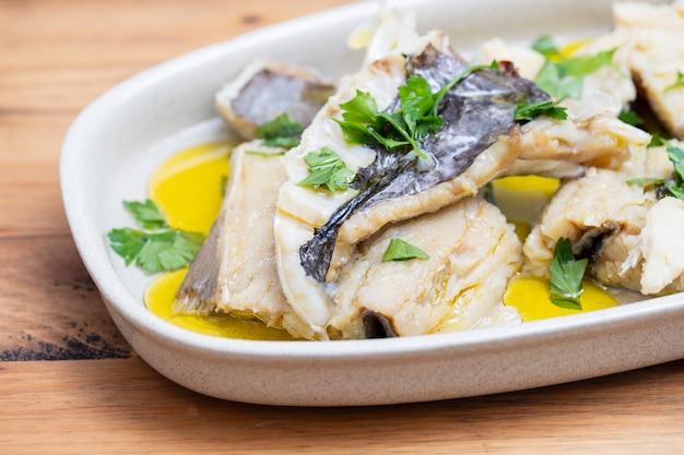 タラの煮魚とハーブとオリーブオイル