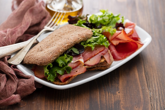 Хлеб с копченым мясом и салатом