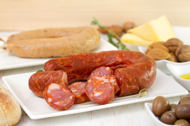 チーズとオリーブの皿にチョリソ