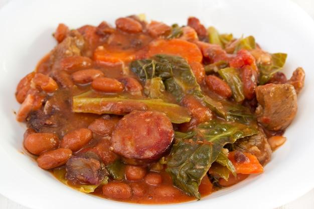 ニンジン、豆、キャベツのスモークソーセージ