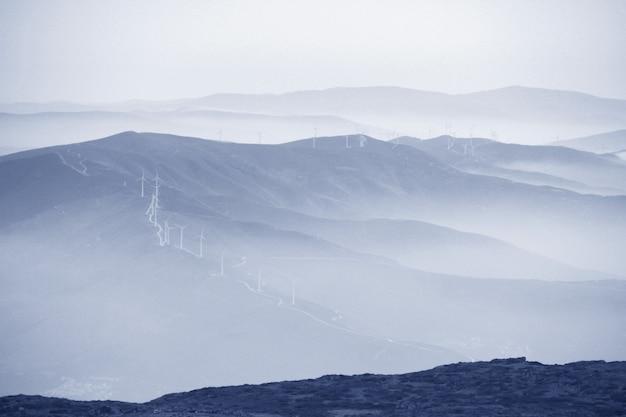 山の風力タービン