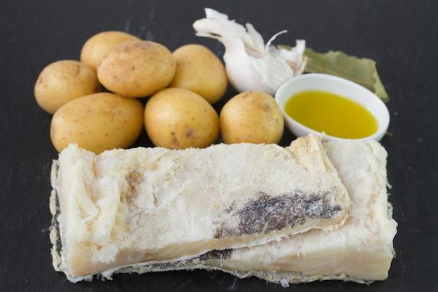 塩漬けのタラ魚、ポテト、オイル、ニンニク