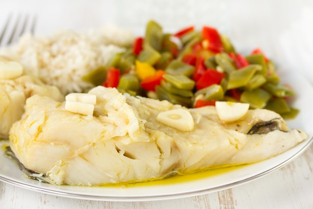 Рыба треска с овощами и отварным рисом