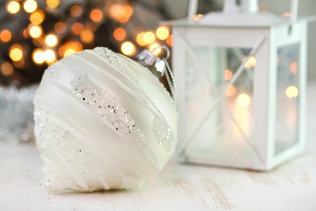白いテーブルの上のクリスマスボール