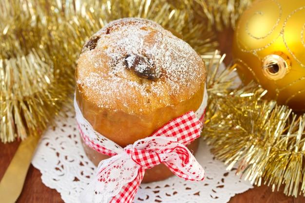 クリスマスボールと小さなケーキ