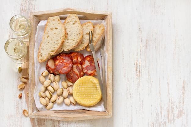 Копченая колбаса с сыром и хлебом
