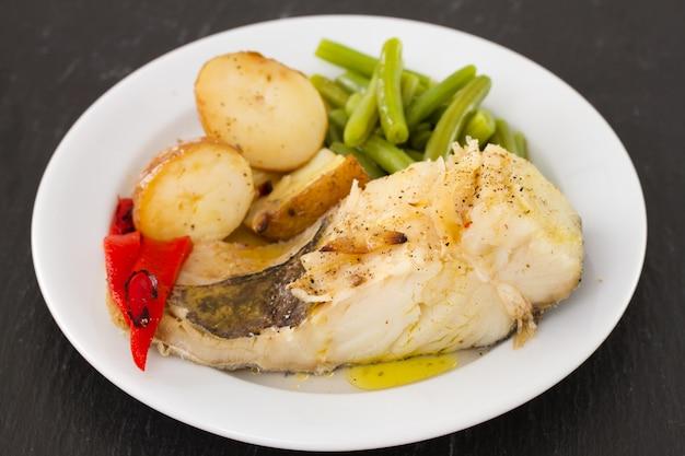 皿の上の野菜と魚します。
