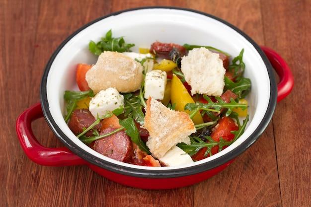 Салат с чоризо и хлебом