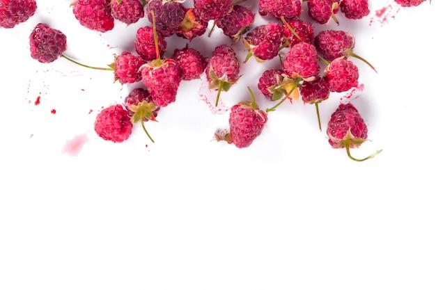 Свежая органическая малина. вид сверху. лето и ягоды урожай концепции. веганская, вегетарианская, сыроедение