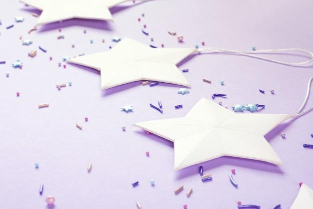 白い星、紫色の背景、パーティーの装飾。