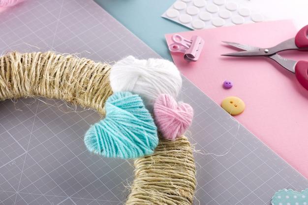 Делаем сделай сам проект. вязание украшения. ремесленные инструменты и расходные материалы. сезон дома валентина декор.