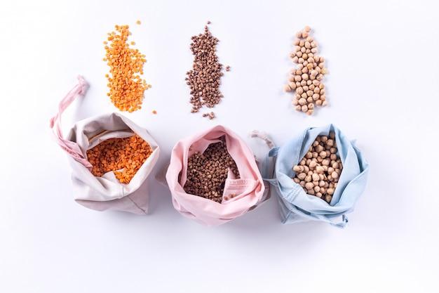 再利用可能な環境に優しい天然綿は、穀物入りのバッグを生産します。廃棄物の包装。廃棄物ゼロのショッピング。プラスチックフリーアイテム。再利用、削減、リサイクル、拒否