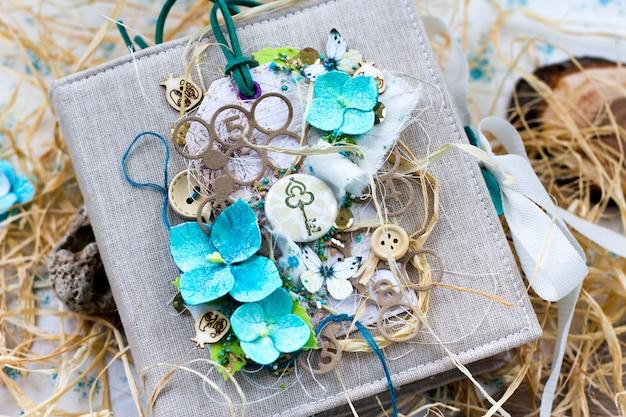手作りのアジサイの花を持つ素朴なスタイルの春の結婚式のスクラップブッキングアルバム。