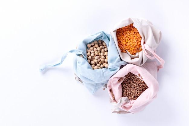 エコバッグの食料品。環境にやさしい穀物入りの天然コットンバッグ。持続可能なライフスタイルコンセプト。廃棄物ゼロのショッピング。プラスチックフリーアイテム。再利用、削減、リサイクル、拒否