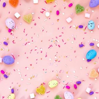 Съемка взгляд сверху украшения расположения счастливая концепция праздника пасхи. плоские кладут красочные яйца кролика на красивый розовый стол. копировать пространство
