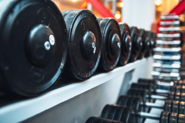 スポーツのジムとダンベルのウエイトトレーニング機器。