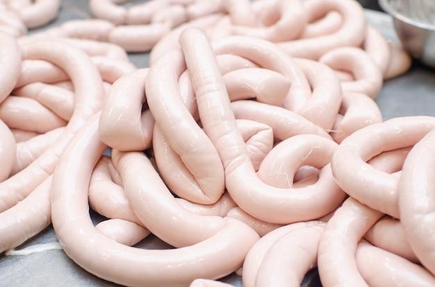 Колбаса. линия по производству колбасных изделий. процесс производства колбасы.