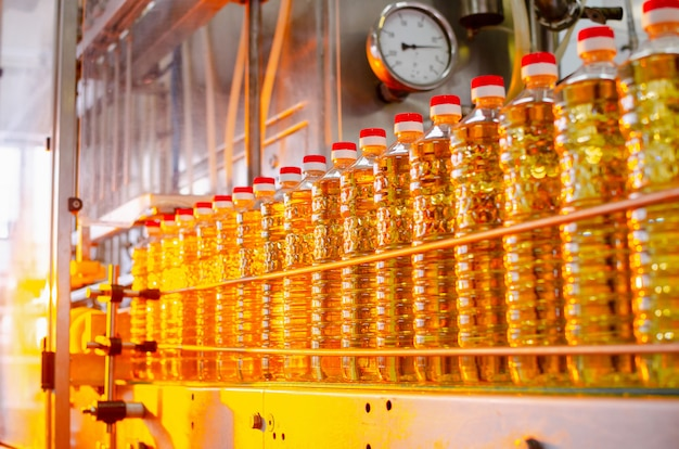 Подсолнечное масло. заводская линия по производству и розливу рафинированного масла из семян подсолнечника.