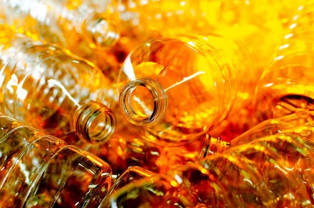 ボトル。ポリエチレンボトルを製造するための工場ライン。透明な食品包装。