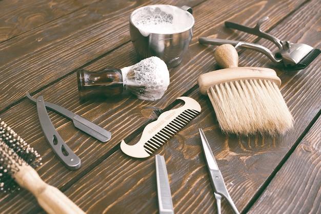 木製のテーブルに理髪店のアクセサリー。