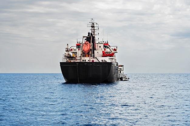 海の石油タンカー船
