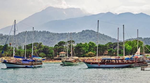 トルコ、アンタルヤのケメルにある客船。