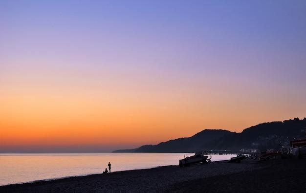 夕焼け空と海岸のパノラマビュー