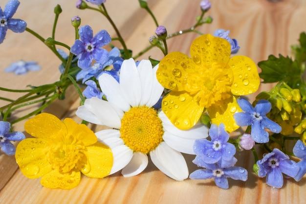 野の花のミニチュアブーケ。夏が咲いているというコンセプトです。