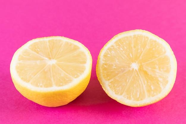 鮮やかなピンクのレモン