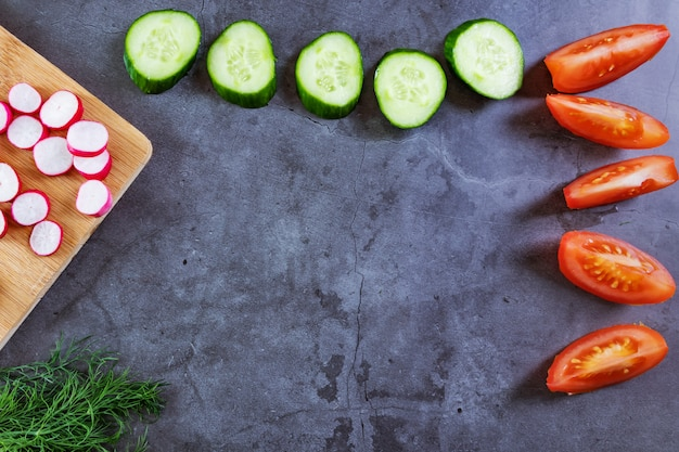 サラダ用野菜:きゅうり、トマト、大根、ねぎ、ディル。