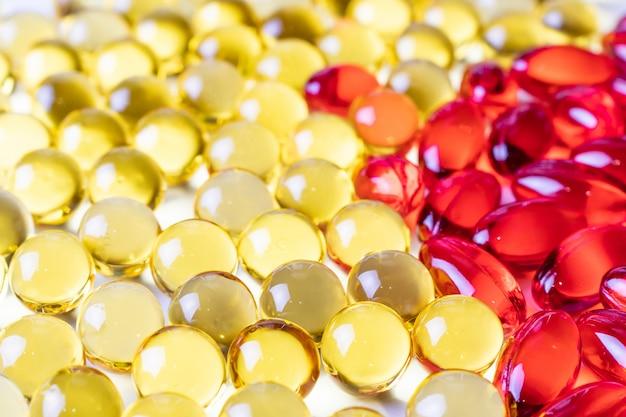 黄色と赤のビタミンの糖衣錠