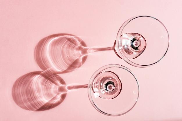 Очки на пастельно-розовом
