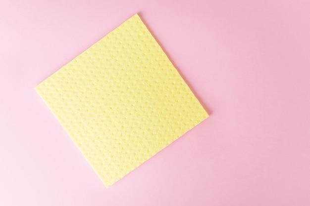 ウェットクリーニング用の新しい黄色の布。ピンク。