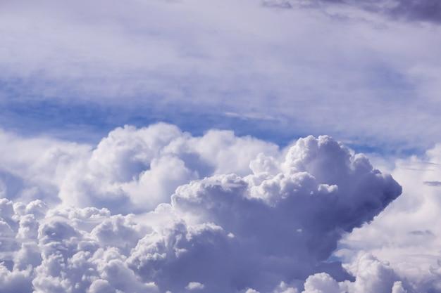 日光と雲の空。