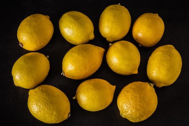 Свежие лимоны на темном фоне