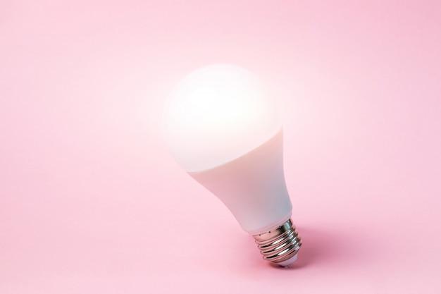 Светодиодная лампа стоит. свет от лампы.