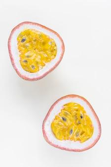 Конец-вверх маракуйи крупного плана зрелый сочный. концепция экзотических фруктов, полезных органических продуктов питания, вегетарианство.
